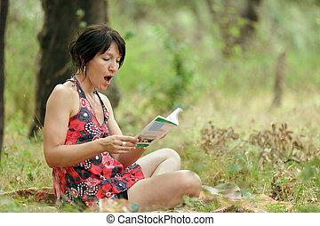 kvinna läsning, in, natur
