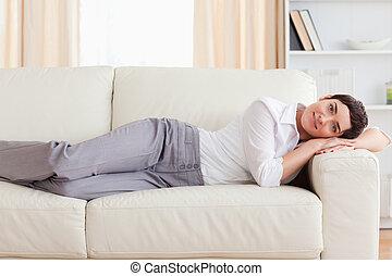kvinna, lögnaktig, på, a, soffa
