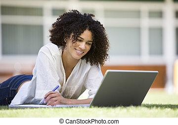 kvinna, lögnaktig, på, gräsmatta, av, skola, med, laptop