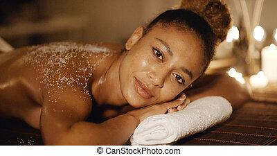 kvinna, lögnaktig, på, massage tabell, med, salt skura