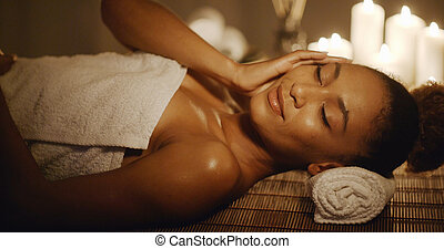 kvinna, lögnaktig, på, massage tabell, och, rörande, henne, ansikte