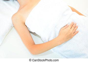 kvinna, lögnaktig, på, massage tabell