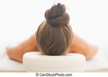 kvinna, lagd, på, massage tabell