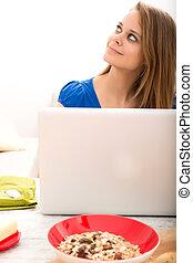kvinna, laptop, efter, ung, dator, användande, frukost, ha