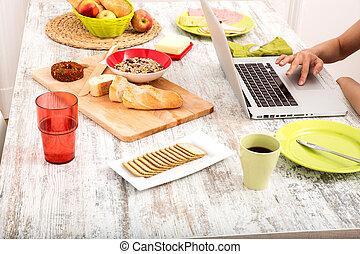 kvinna, laptop, ung, medan, dator, användande, frukost, ha