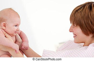kvinna, leka, med, henne, nyfödd baby