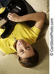 kvinna, leka, och, utbildning, med, elektrisk gitarr, hemma