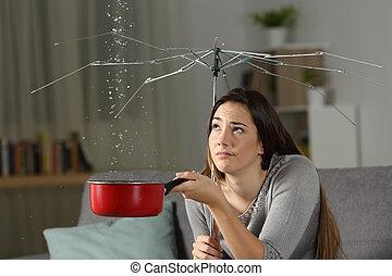 kvinna, lidande, vatten, läckor, med, a, dålig, försäkring, begrepp