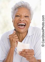 kvinna, lotteri, att segra etiketterar, le, spänd