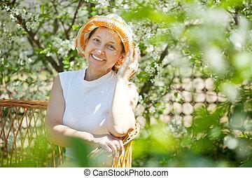 kvinna, lycklig, avkopplande, trädgård