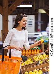 kvinna, mat, ung, korg, marknaden, lycklig