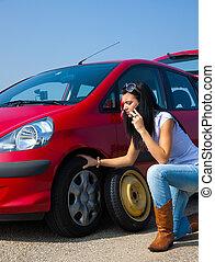 kvinna, med, a, punkteringen, på, bil