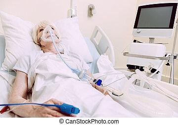 kvinna, med, andnings, stöd, genomgå, behandling, hos, sjukhus