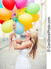 kvinna, med, färgrika ballonger