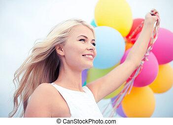 kvinna, med, färgrika ballonger, utanför