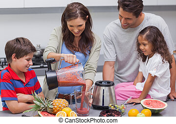 kvinna, med, familj, flytande, frukt, från, a, blandare