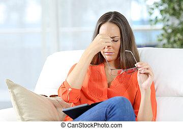 kvinna, med, glasögon, lidande, eyestrain