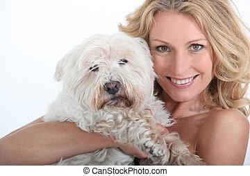 kvinna, med, hund, in, arms.