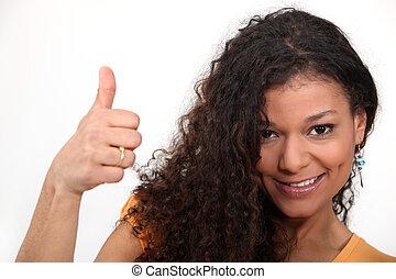 kvinna, med, lockigt hår, ge sig, den, tumme var uppe