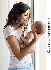 kvinna, med, nyfödd baby