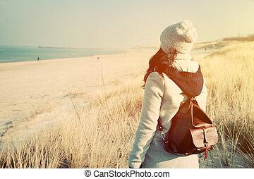 kvinna, med, retro, ryggsäck, stranden, se havet
