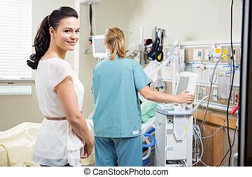 kvinna, med, sköta, undersöka, tålmodig, in, sjukhus