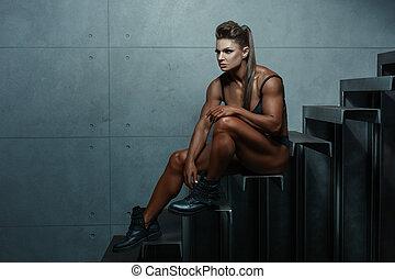 kvinna, med, stora musker, medan, sitting.