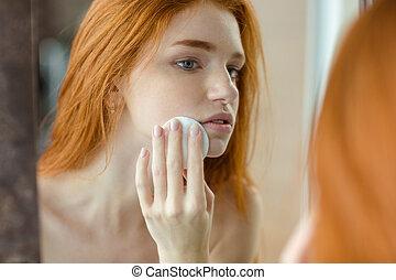 kvinna, med, wadding, tittande vid, henne, reflexion, in,...
