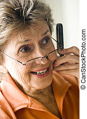 kvinna, mobil, uppe, lycklig, ringa, nära, äldre