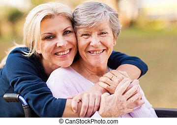kvinna, mor, handikappad, mitt, omfamna, senior, åldrig