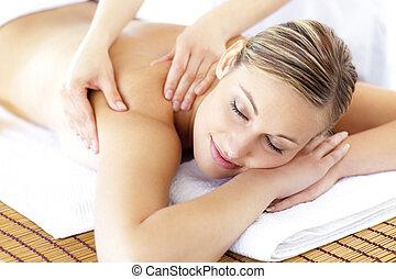kvinna, mottagande, avslappnad, le, massera tillbaka