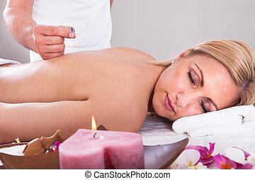 kvinna, mottagande, en, akupunktur terapi