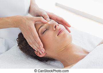 kvinna, mottagande, massera, på, panna