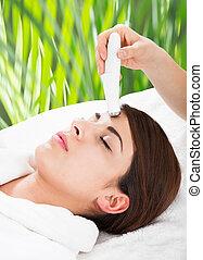 kvinna, mottagande, microdermabrasion, terapi, på, panna
