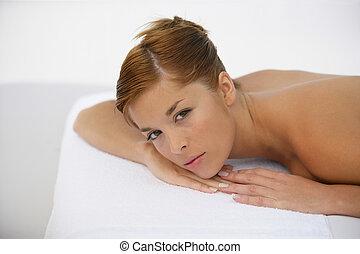 kvinna, nedledningen, väntan, för, massera