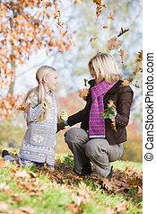 kvinna, och, ung flicka, utomhus, i park, leka, in, bladen,...