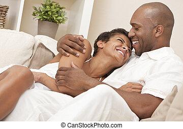 kvinna, &, par, amerikan, afrikan bemanna, lycklig
