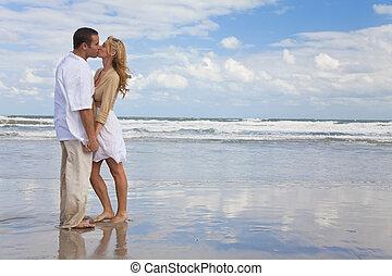 kvinna, par hand i lik hand, kyssande, strand, man