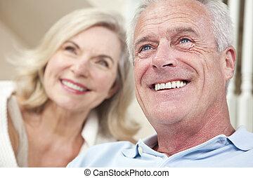 kvinna, &, par, hem, äldre bemanna, leende glada