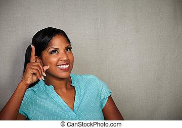 kvinna pekande, uppe, ung, medan, afrikansk, le