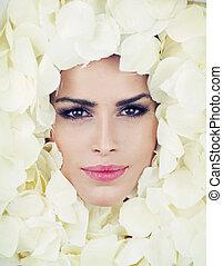 kvinna, petals, ansikte, ro, vacker