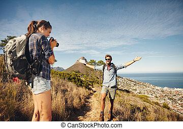 kvinna, photographing, henne, pojkvän, medan, fotvandra