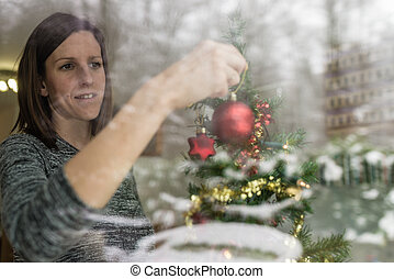 kvinna, placerande, träd, fönster, boll, genom, jul, röd, synhåll