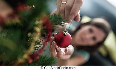 kvinna, placerande, träd, struntsak, ovanför, helgdag, jul, röd, synhåll