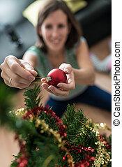kvinna, placerande, träd, ung, struntsak, beträffande, jul