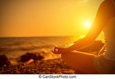 kvinna planera, strand, solnedgång, yoga, hand, pose
