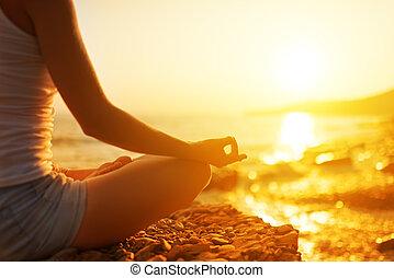 kvinna planera, strand, yoga, hand, pose