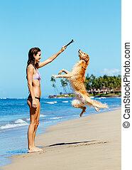 kvinna, playiing, med, hund, hoppning, in i, den, luft