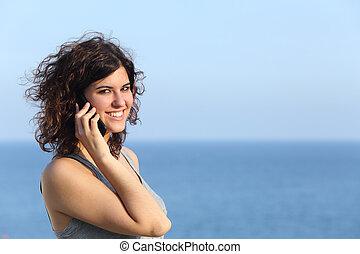 kvinna prata, mobil, tillfällig, ringa, attraktiv
