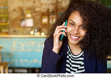 kvinna prata, mobil, ung, glad, ringa, cafe